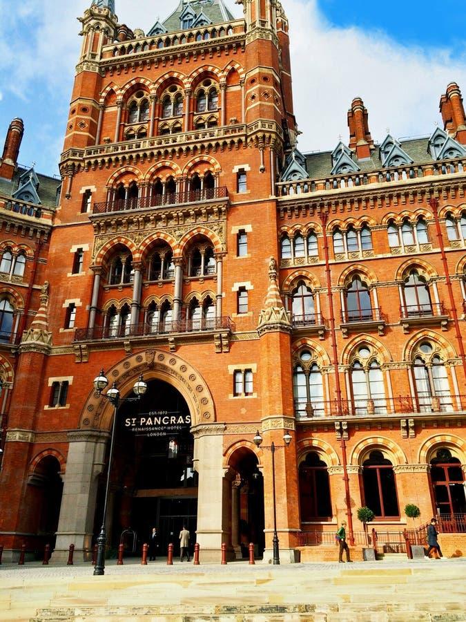 Hotel de St Pancras e estação de trem Londres foto de stock royalty free
