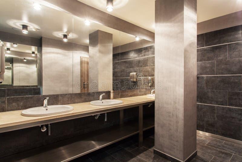 Hotel del arbolado - interior público del cuarto de baño fotografía de archivo
