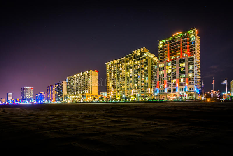 Hotel del Highrise sul oceanfront alla notte, in Virginia Beach, V fotografie stock libere da diritti