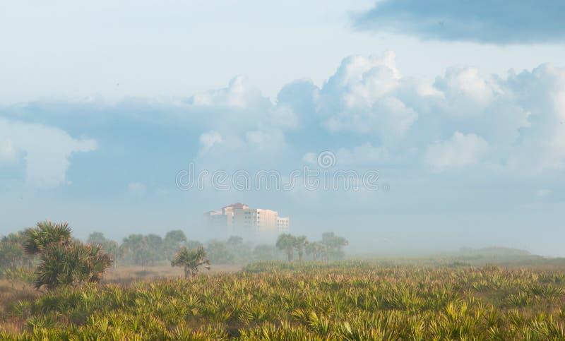 Hotel del océano en niebla pesada imagen de archivo