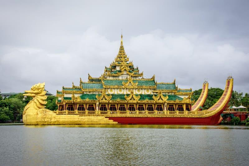 Hotel del palacio de Kandawgyi en el lago del kandawgyi, Rangún, myanmar imagenes de archivo