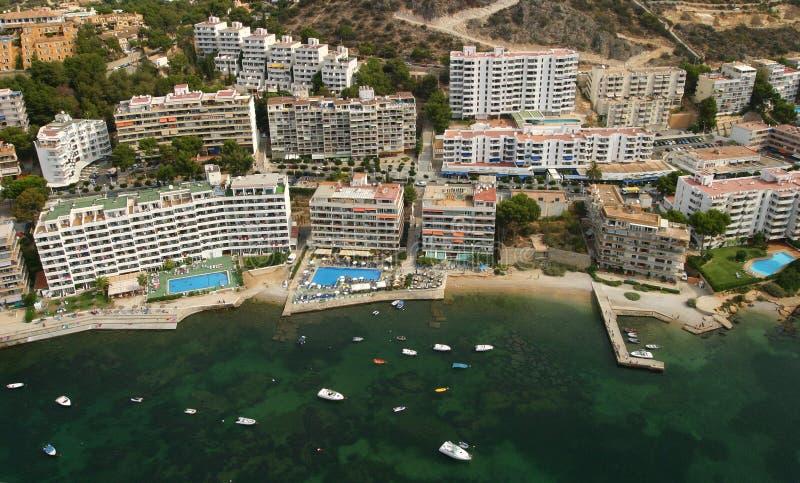 Hotel della costa sud vicino al mare nell'isola di Mallorca fotografia stock