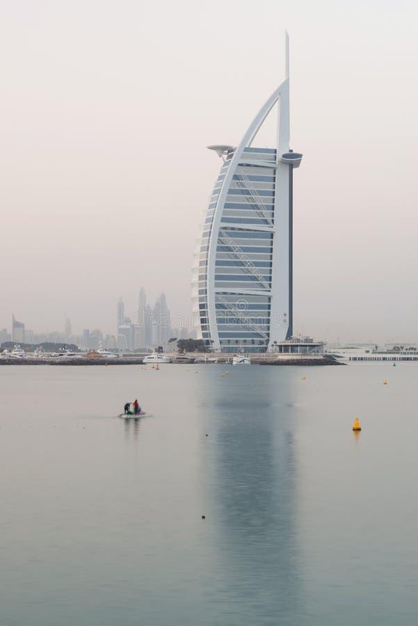 Hotel di Burj Al Arab ad alba, Dubai, Emirati Arabi Uniti immagine stock libera da diritti