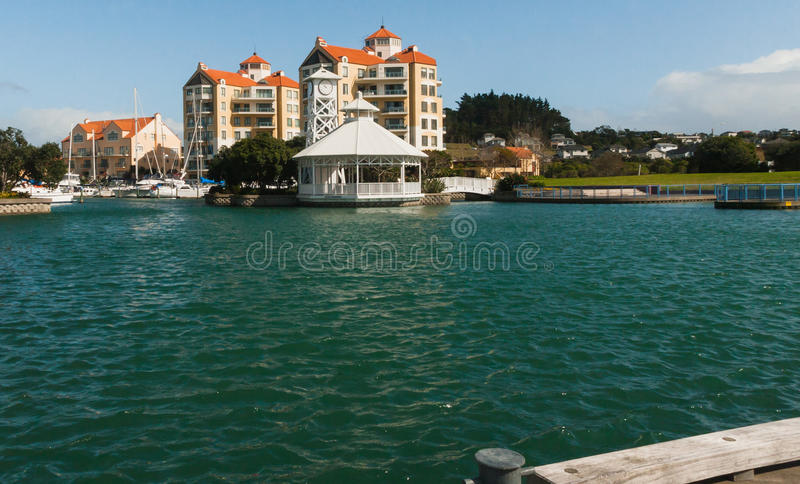 Hotel dichtbij het water, Golfhaven, Auckland, Nieuw Zeeland stock afbeeldingen