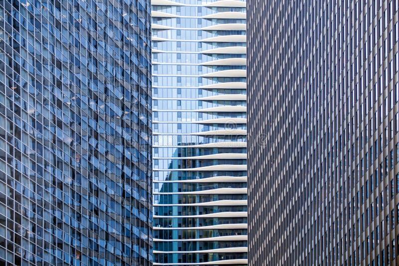 Hotel distintivo entre los rascacielos foto de archivo