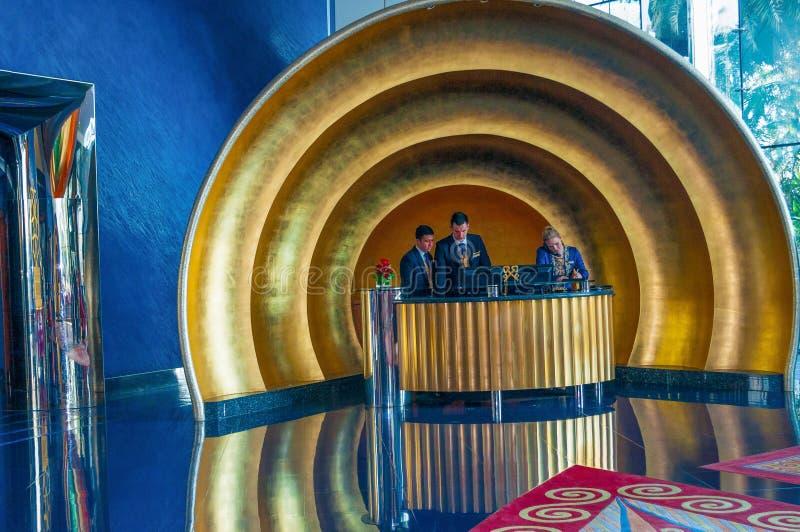Hotel do al-árabe de Burj, mesa de recepção e salão em Dubai, UAE imagem de stock royalty free