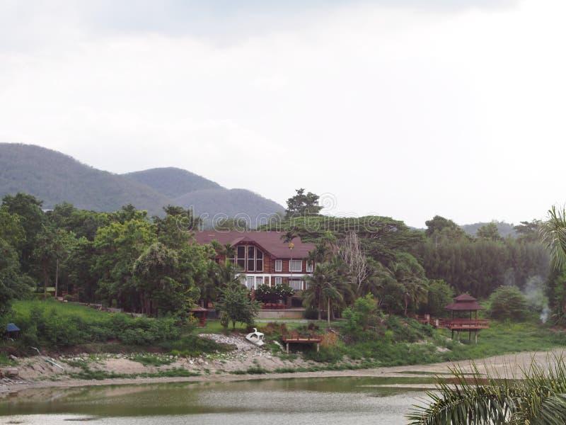 Hotel do estilo do vintage do país do recurso na selva com jardim e o lago pequeno fotos de stock royalty free