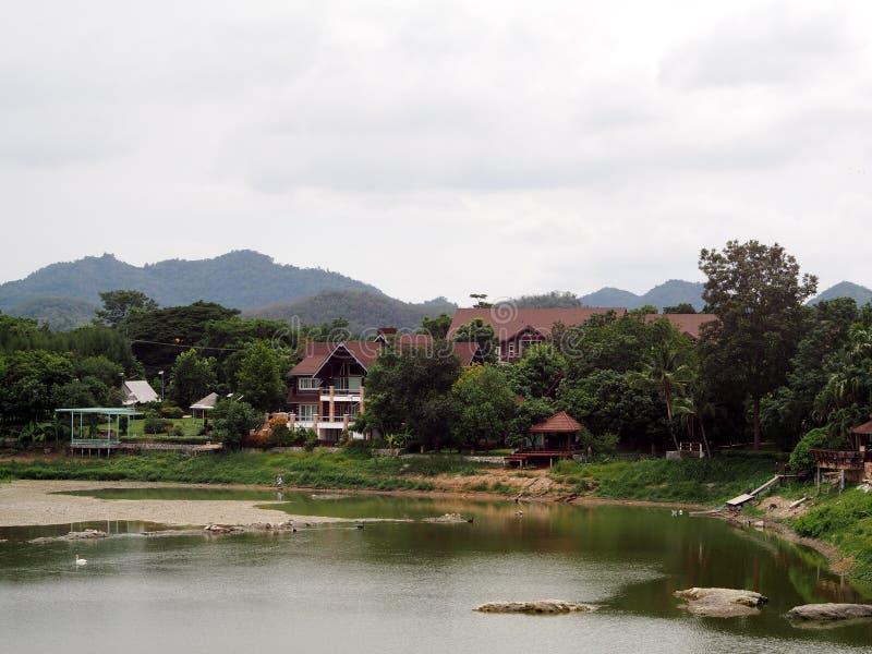 Hotel do estilo do vintage do país do recurso na selva com jardim e o lago pequeno imagens de stock royalty free