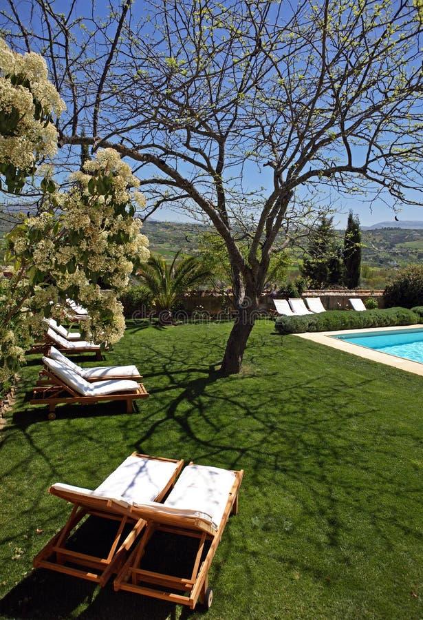 Hotel e piscina rústicos luxuosos no campo imagem de stock