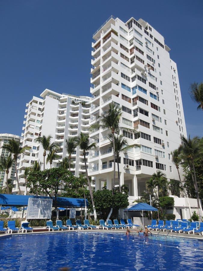 Hotel e stagno di Acacpulco fotografie stock libere da diritti