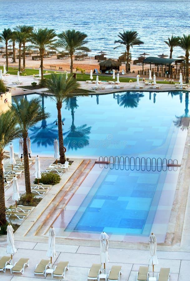 Hotel Egitto della piscina di vista del mare fotografie stock