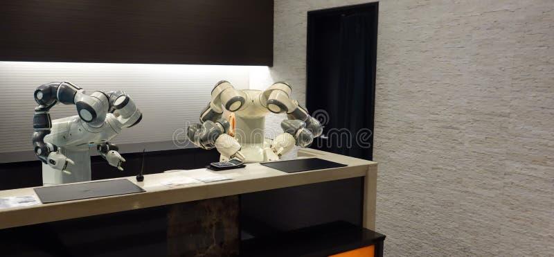 Hotel elegante en la industria 4 de la hospitalidad 0 conceptos, el ayudante del robot del robot del recepcionista en el pasillo  imágenes de archivo libres de regalías