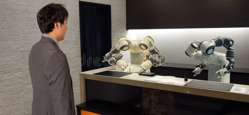 Hotel elegante en la industria 4 de la hospitalidad 0 conceptos, el ayudante del robot del robot del recepcionista en el pasillo  foto de archivo libre de regalías