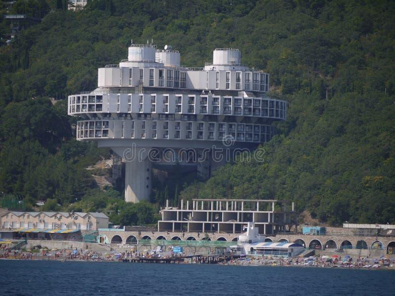 Hotel em grandes apoios como se crescido de um arvoredo da floresta e de uma beleza de descanso dos turistas imagem de stock