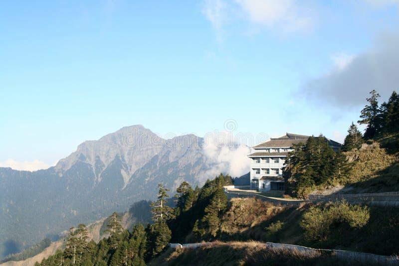 Hotel em montanhas bonitas fotos de stock