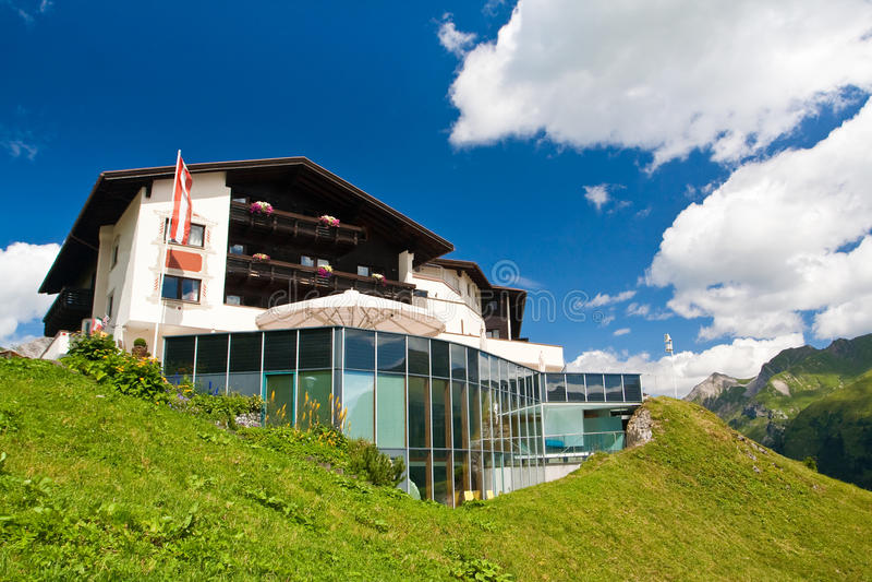 Download Hotel em um monte verde foto de stock. Imagem de casa - 12804482