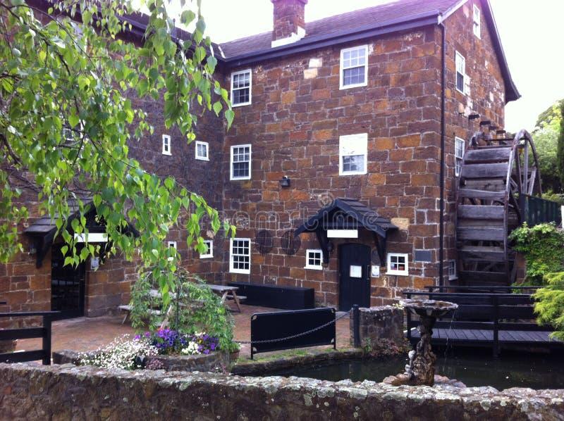 Hotel emparedado piedra vieja con la rueda de agua foto de archivo