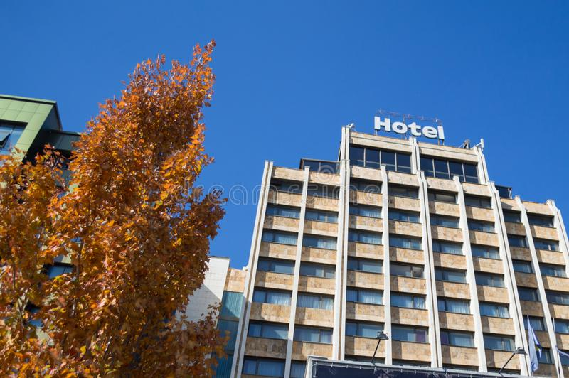 Hotel en Autumn Foliage in Pristina, Kosovo royalty-vrije stock afbeeldingen