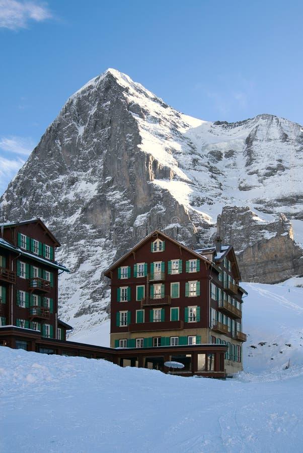 Hotel en la nieve foto de archivo libre de regalías
