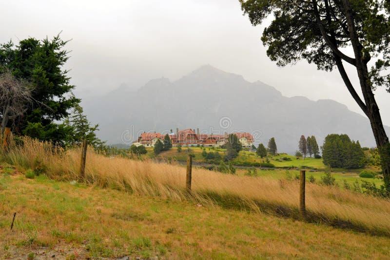 Hotel en las montañas de los Andes, Patagonia de Llaollao fotos de archivo
