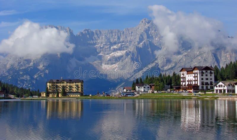 Hotel en meer in Misurina royalty-vrije stock foto