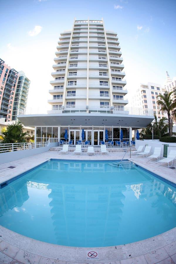 Hotel en zwembad stock fotografie