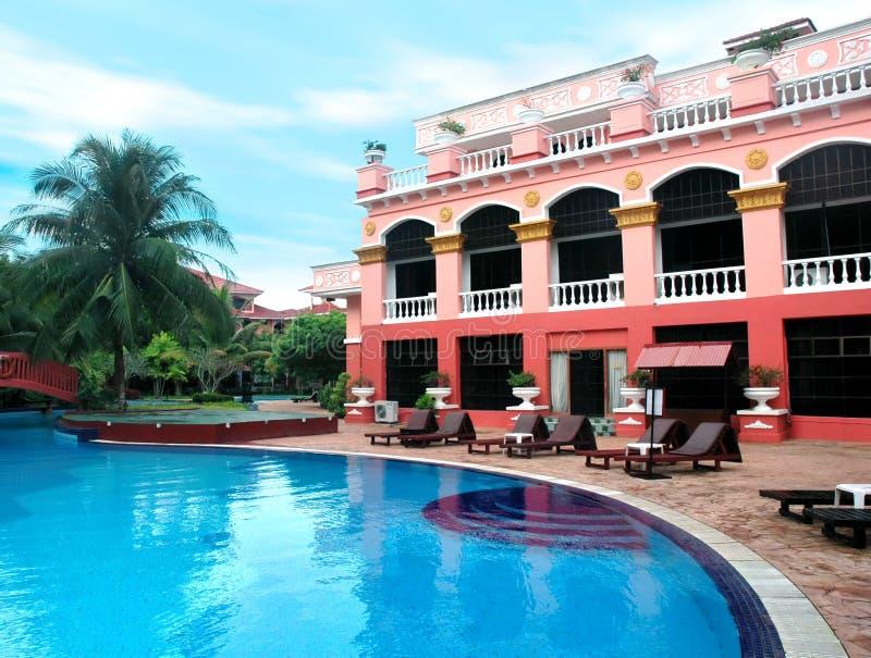Hotel en zwembad stock afbeeldingen