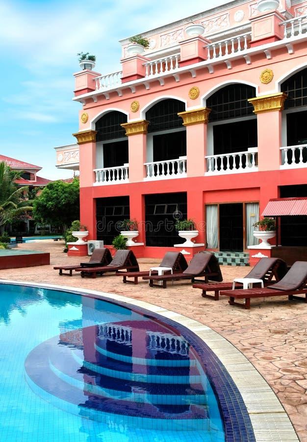 Hotel en zwembad stock afbeelding
