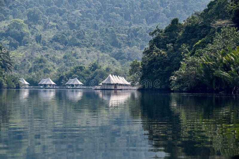 hotel entoldado del turismo ecológico de la selva de 4 ríos que entra en la visión alrededor de una curva en el río de Kong imagen de archivo libre de regalías