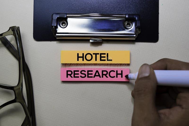 Hotel-Forschungstext auf klebrigen Anmerkungen über Schreibtisch stockfotos