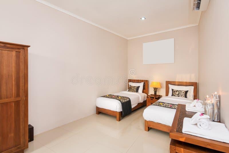 Hotel gemelo de lujo y romántico del dormitorio imagen de archivo libre de regalías