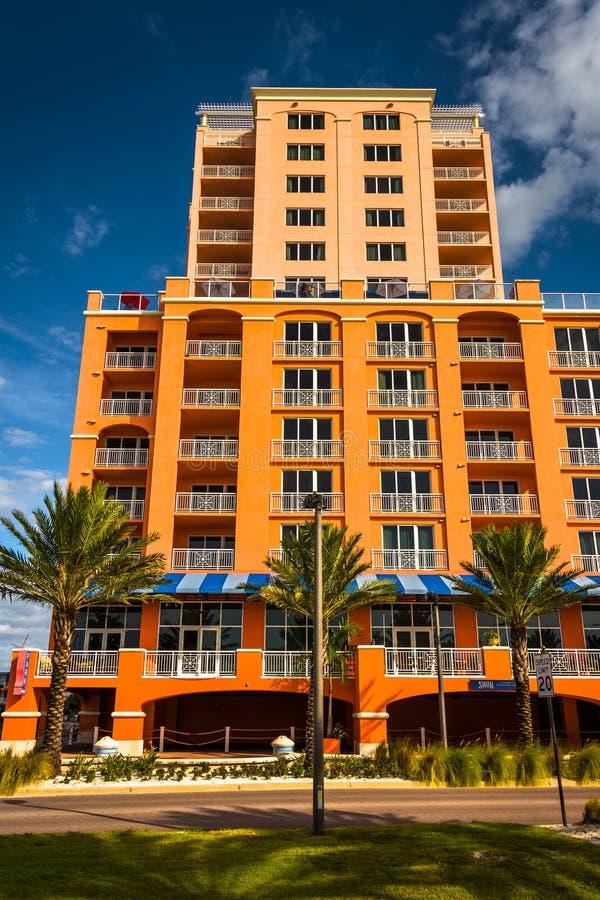 Hotel grande colorido en la playa de Clearwater, la Florida foto de archivo libre de regalías