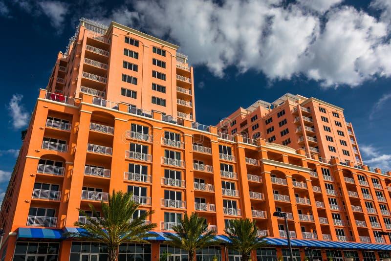 Hotel grande colorido en la playa de Clearwater, la Florida fotografía de archivo libre de regalías