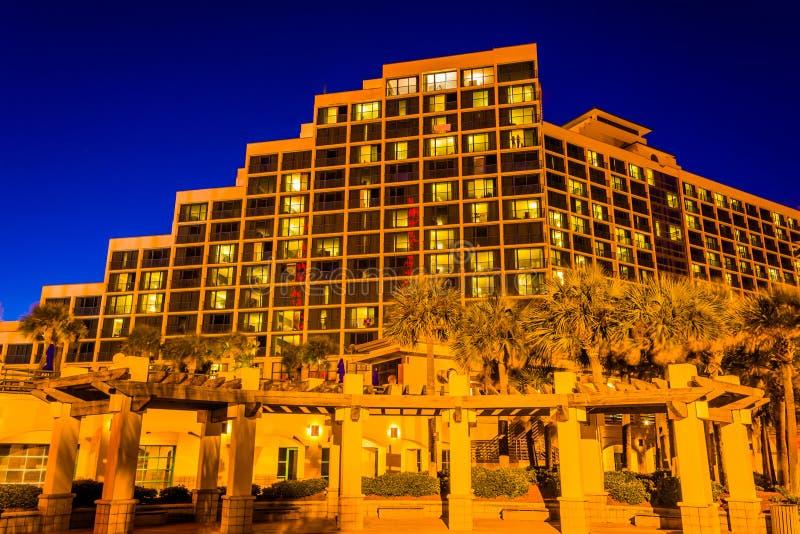 Hotel grande en la noche, en Daytona Beach, la Florida foto de archivo libre de regalías