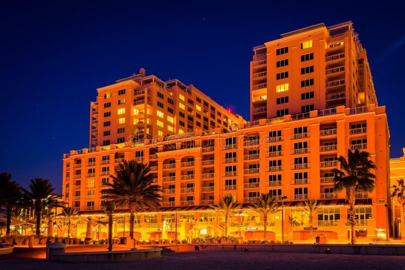 Hotel grande en la noche en la playa de Clearwater, la Florida foto de archivo libre de regalías