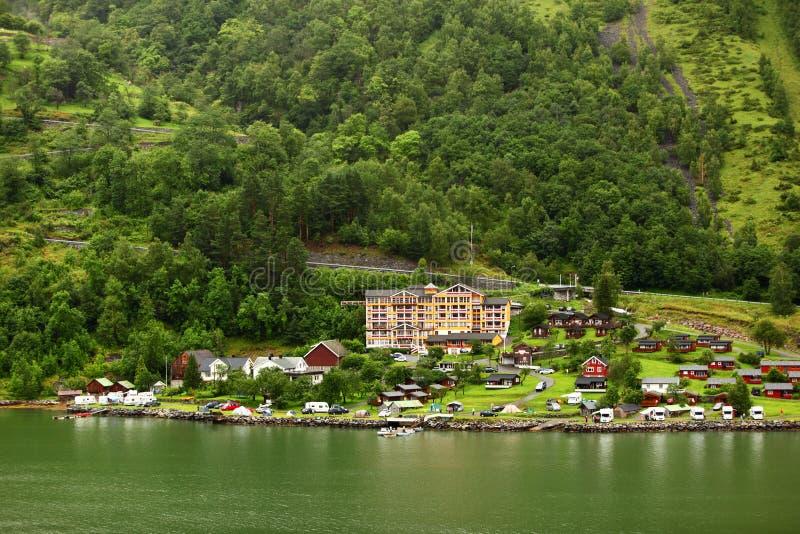 Hotel grandioso do Fjord na vila litoral pequena imagem de stock