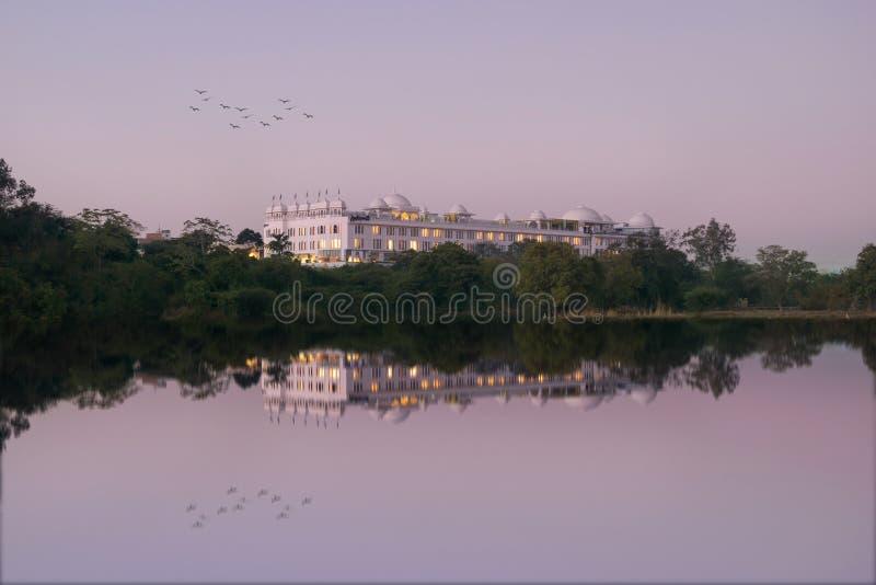 Hotel hermoso por el lago tranquilo fotos de archivo