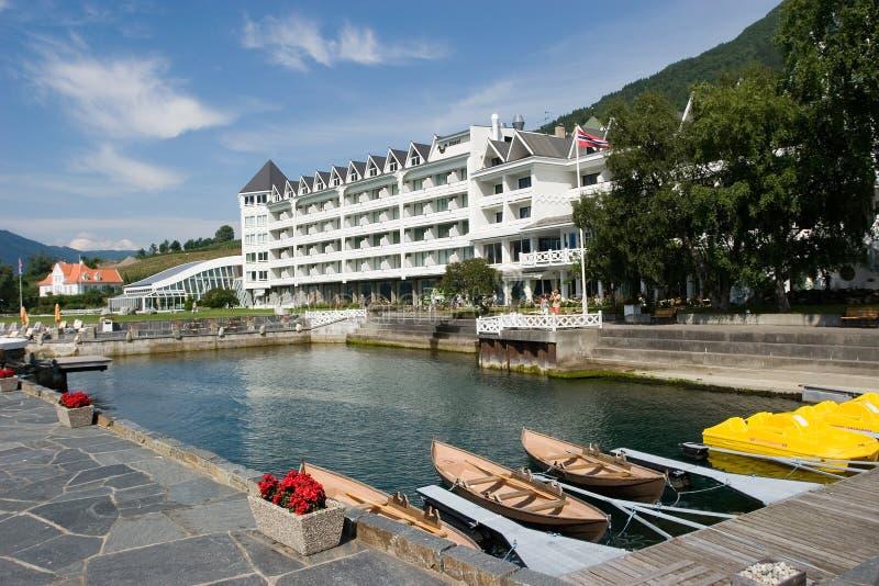 Hotel idílico del fiordo fotografía de archivo libre de regalías