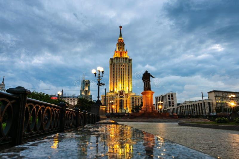 Hotel illuminato di Leningradskaya alla notte a Mosca, Russia fotografia stock