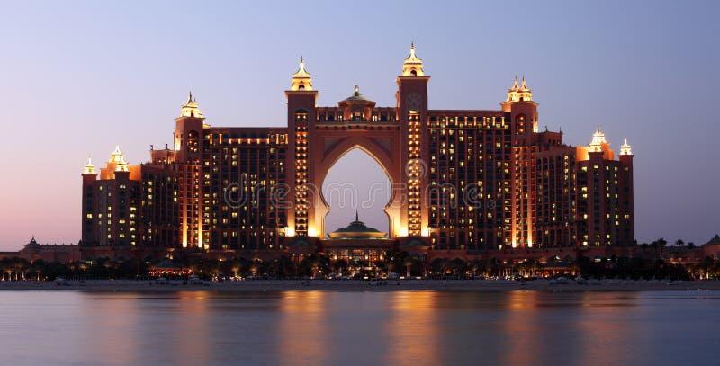Hotel iluminado na noite, Dubai de Atlantis imagem de stock