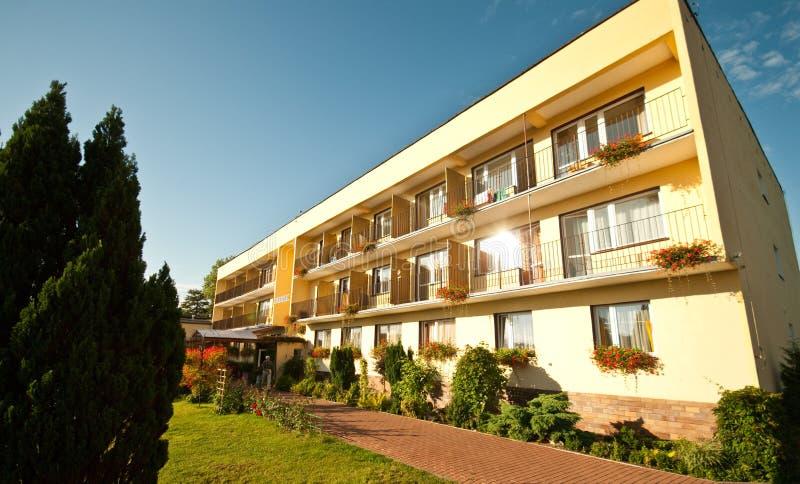 Hotel im Sommer stockbilder