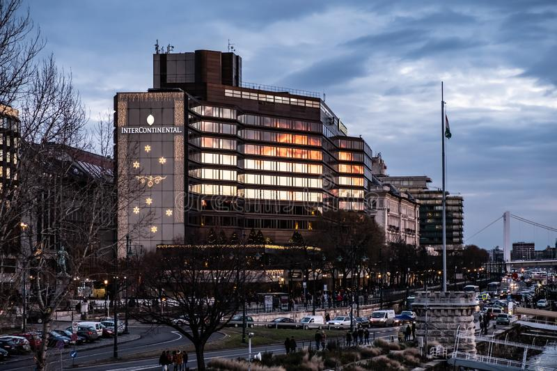 Hotel intercontinentale di Budapest sul Danubio immagini stock