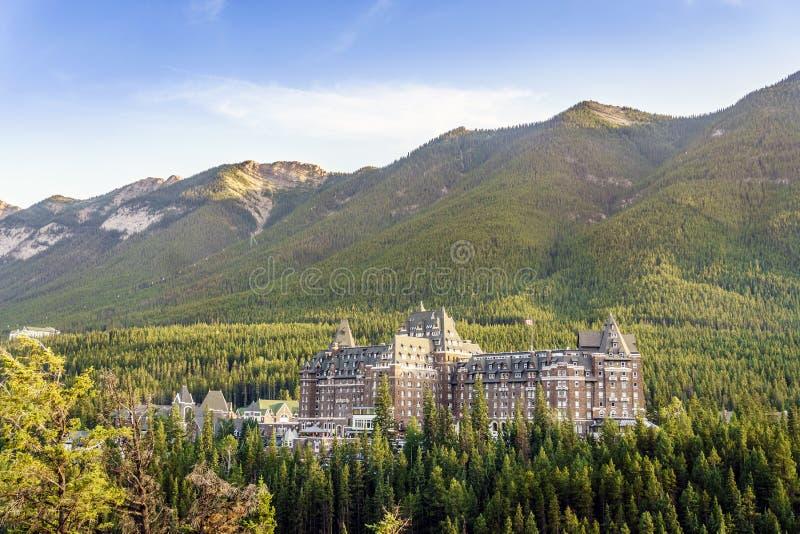 Hotel luxuoso de Fairmont situado em montanhas de Montanhas Rochosas do canadense foto de stock royalty free