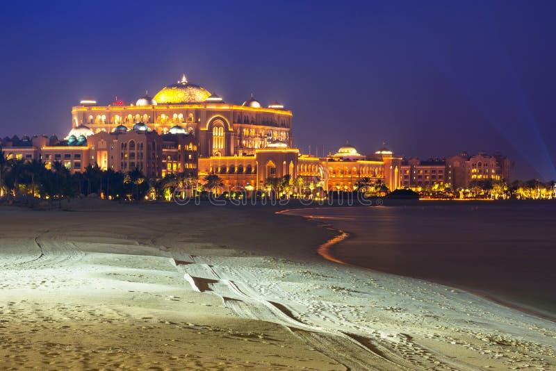 Hotel luxuoso do palácio dos emirados em Abu Dhabi na noite foto de stock royalty free