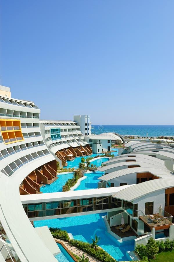 Hotel luxuoso moderno com casas de campo do vip imagens de stock royalty free