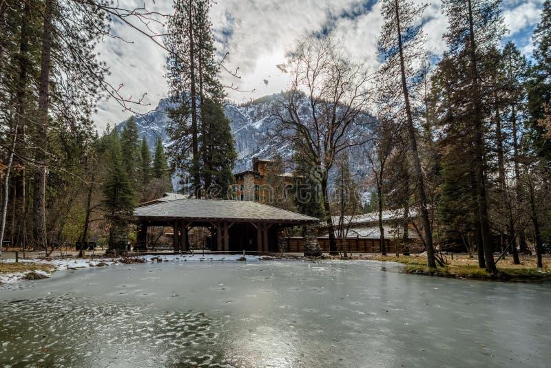 Hotel majestuoso de Yosemite durante el invierno conocido antes como hotel de Ahwahnee - parque nacional de Yosemite, California, fotografía de archivo