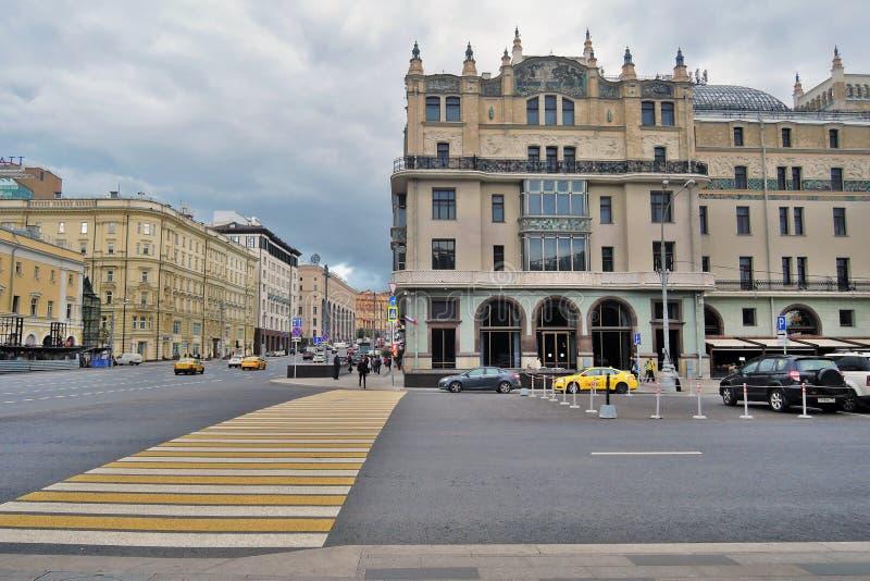 Hotel Metropol, de beroemde historische bouw, en vele gele taxicabines royalty-vrije stock foto