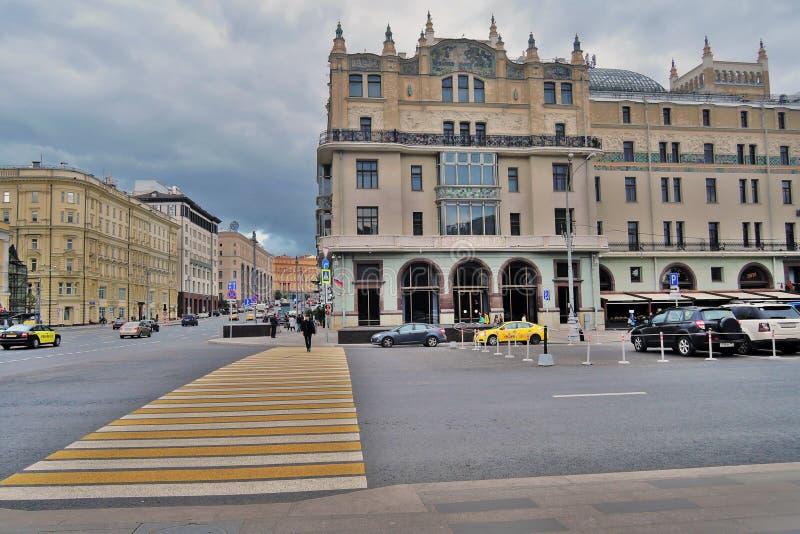 Hotel Metropol, de beroemde historische bouw, en vele gele taxicabines royalty-vrije stock afbeeldingen