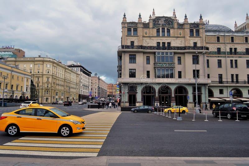 Hotel Metropol, de beroemde historische bouw, en vele gele taxicabines royalty-vrije stock foto's