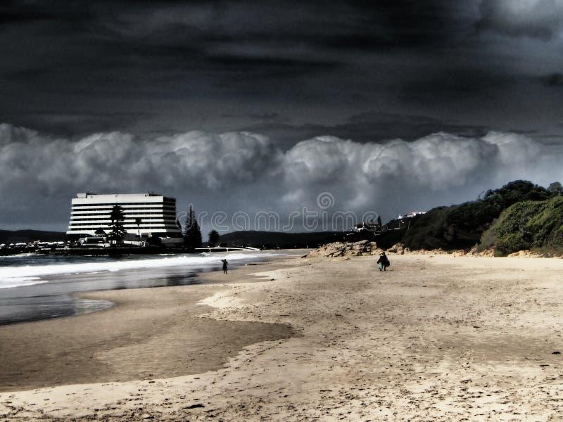 Hotel no tempo da tempestade da nuvem da praia foto de stock
